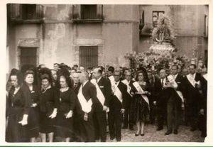 Re coronación del año 60 y se puede ver a la señora d Elías de Medio hermana mayor con la corona.