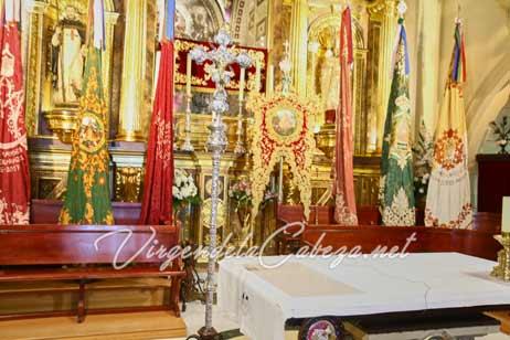 romeria-Virgen-de-la-Cabeza-presbiterio-estandarte y banderas