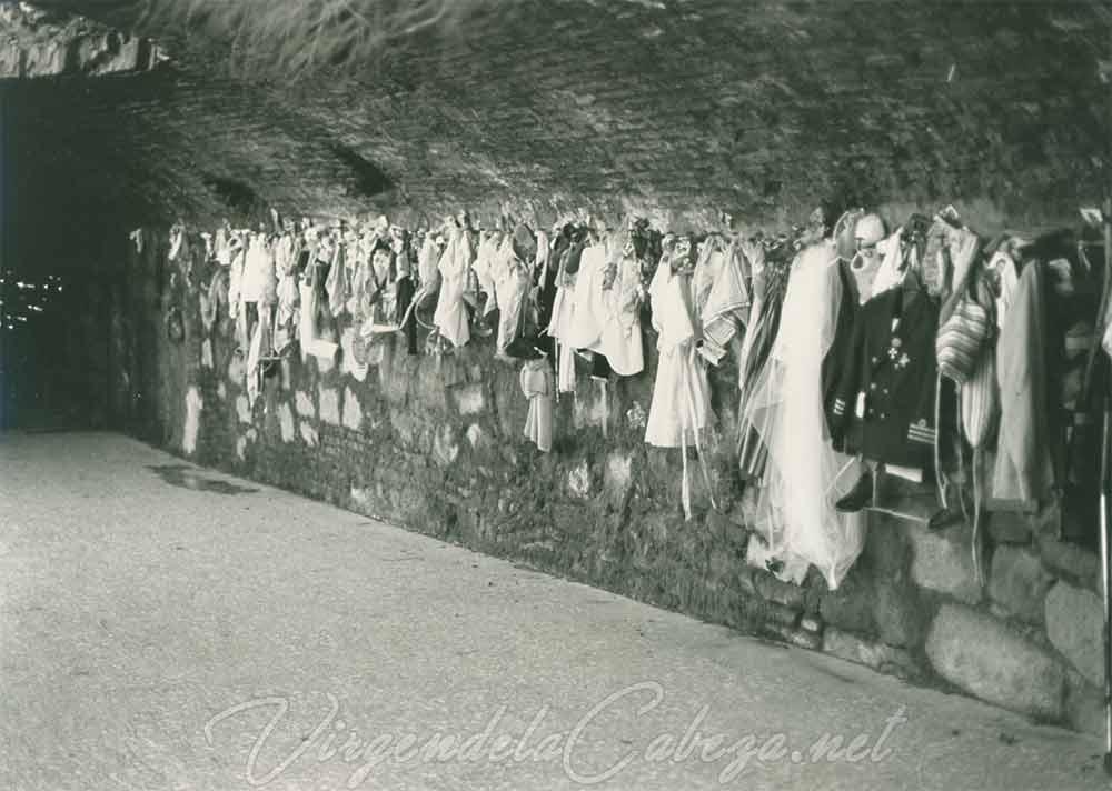 Sala exvotos santuario-virgen-de-la-cabeza 1985