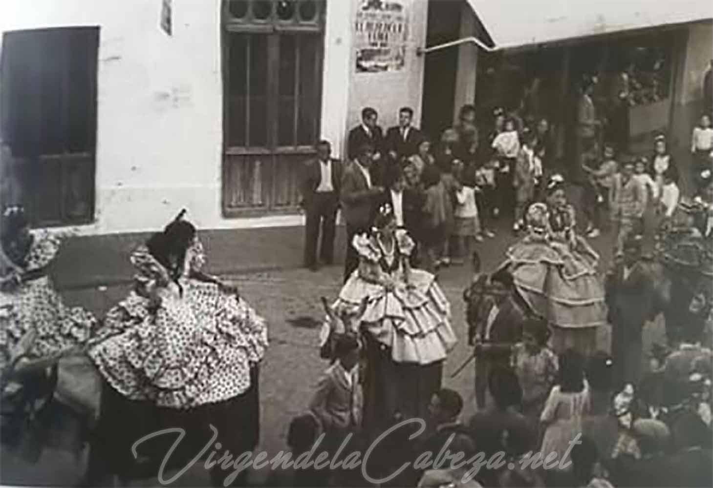 mujer en jamuga en romería