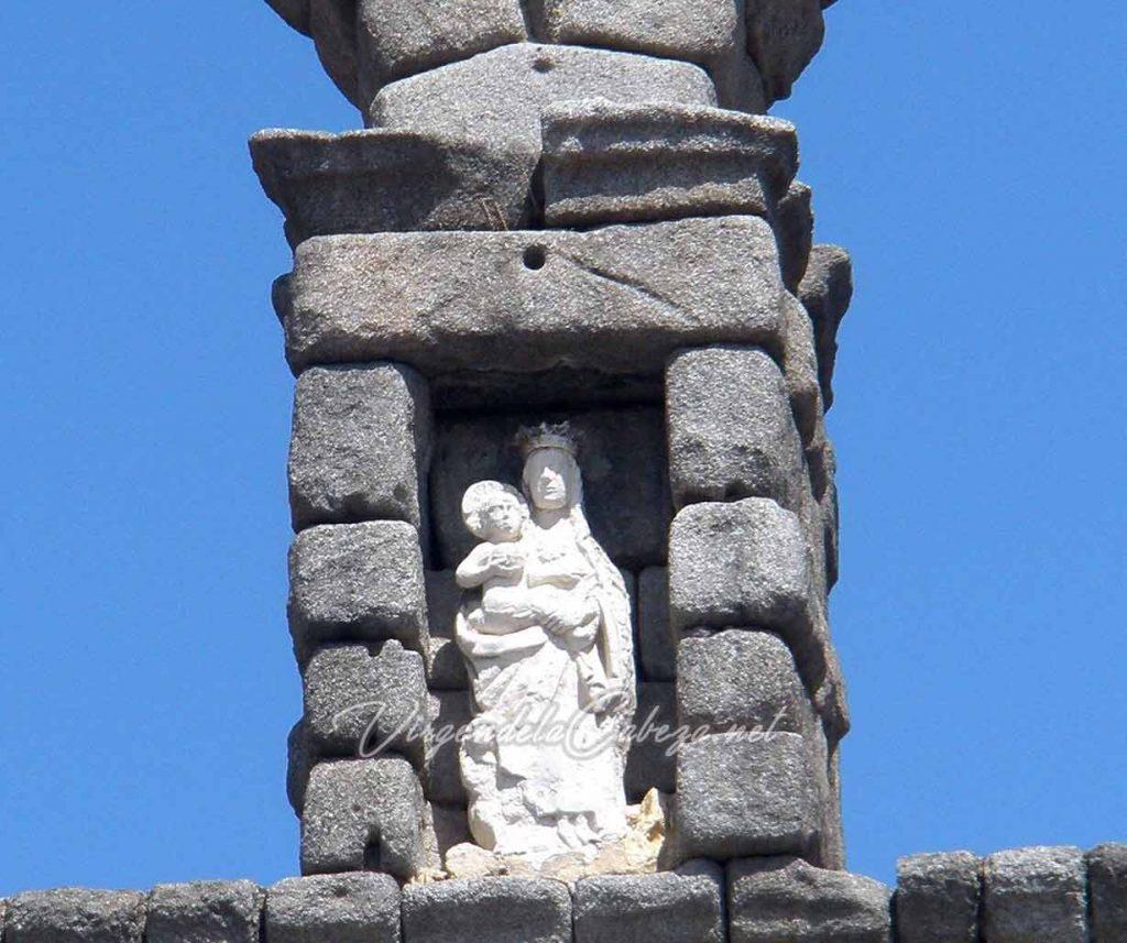 Estatua Virgen del acueducto de Segovia